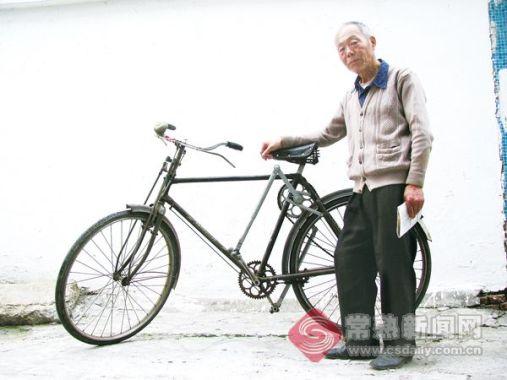 动力臂越长越省力。这是一个简单的杠杆原理。家住支塘镇的侯增福耗时27载,利用这一原理发明了自行车省力增速器。眼下,他希望能找到合作厂商一起推广该产品。4月15日下午,《常熟日报》记者在支塘北街见到了这个新装置和它的发明者。 据悉,现年71岁的侯增福早年就读于兰州一所煤矿学院,毕业后分配到当地一家煤矿。37岁时调到苏州谭山硫铁矿,48岁时又转到家乡支塘一家化工厂。从兰州到支塘,他的职业只有一个电工。从1984年开始,他就与工友们一同探讨能否利用杠杆原理造一个东西装在自行车上加快车速。他们边探讨边画